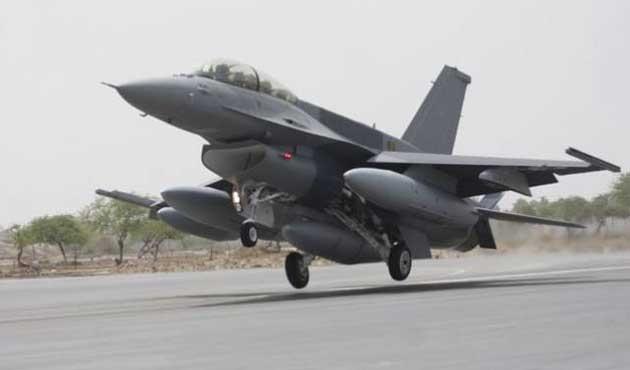 Pakistan'da tatbikat uçakları otobana indi