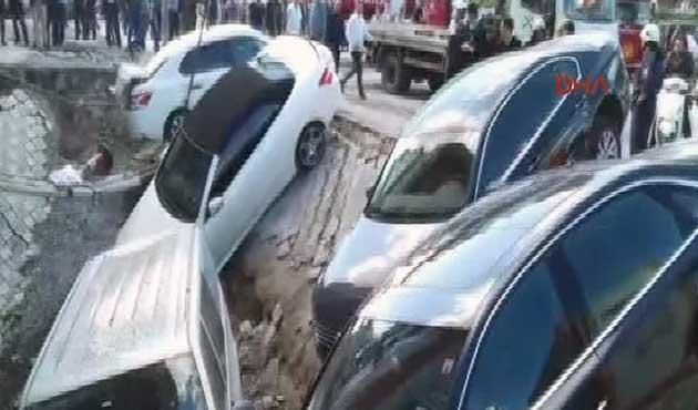 Merter'de kaldırım çöktü; Arabalar çukura uçtu