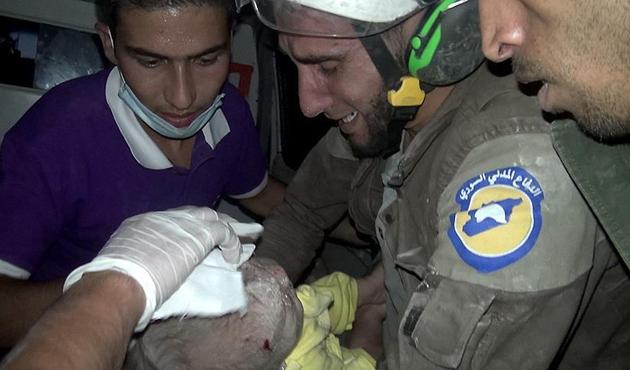 Suriye'de bir aylık bebek enkazdan sağ kurtuldu