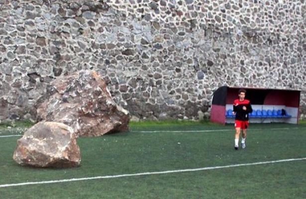 Trabzon'da maç sahasına kayalar düştü