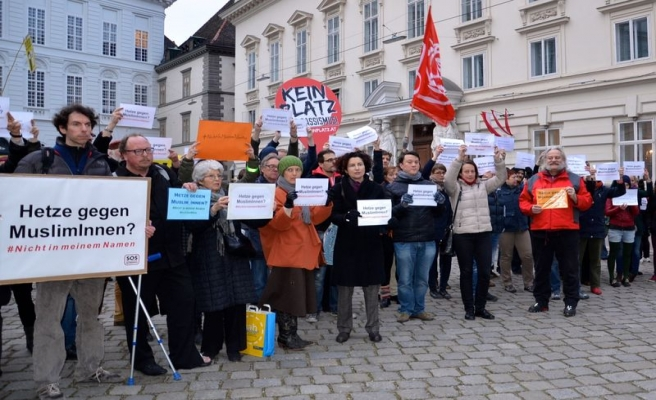 Avusturya'da aşırı sağcılardan CETA protestosu