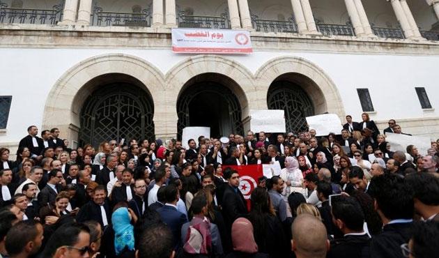 Tunus'ta avukatlardan bir günlük grev