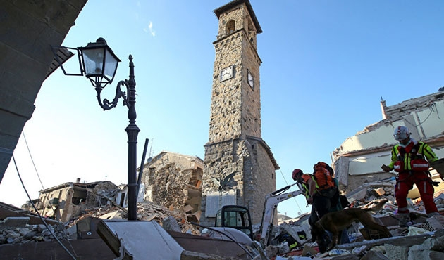 İtalya depreminde zemin 70 cm çöktü