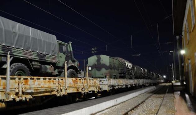 30 vagon zırhlı araç ve asker sınıra sevk edildi