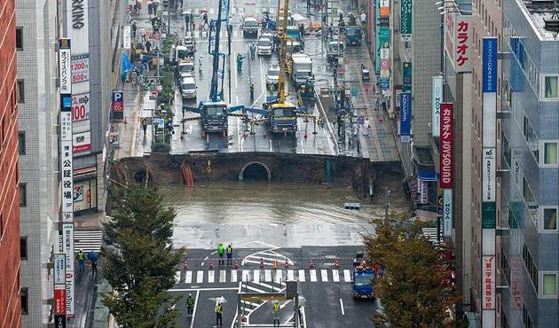 Japonya'da göçük 5 şeritli caddeyi yuttu