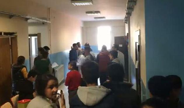 Okulda öğretmenlerle sağlıkçıların tekme tokat aşı kavgası