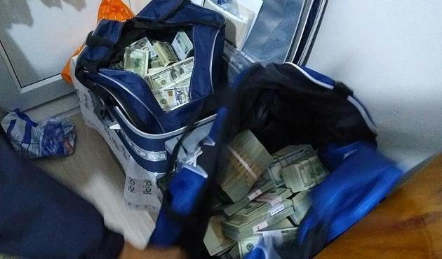 FETÖ şüphelisinin evinden 260 bin dolar çıktı