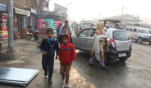 Keşmir'de 133 gün sonra insanlar sokakta