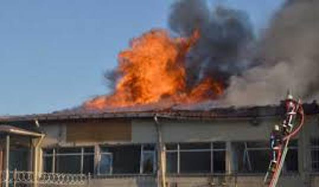Yozgat'ta 3 katlı binanın çatısı yandı