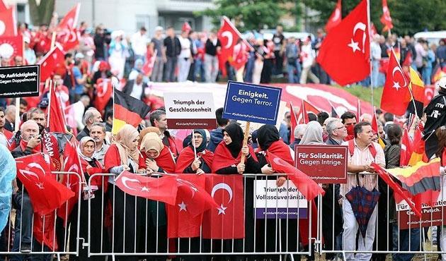 Avrupa'da Türkler teröre karşı meydanlara iniyor