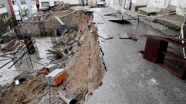 İzmir'de sağanak nedeniyle yol çöktü