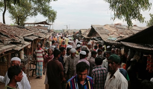 Myanmar'dan kaçan Arakanlıların teknesi alabora oldu