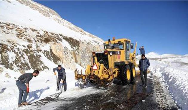Adıyaman'da kar yağışı yolları kapattı