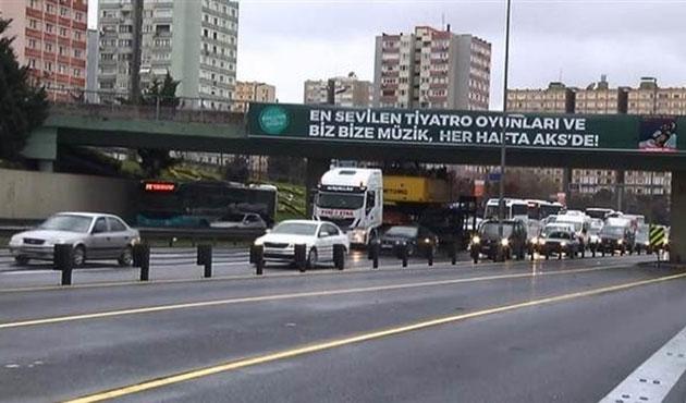 TIR üst geçide takıldı, trafik durdu