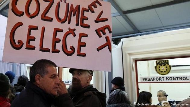 Kıbrıslı Türk ve Rumlar barış için yürüdü