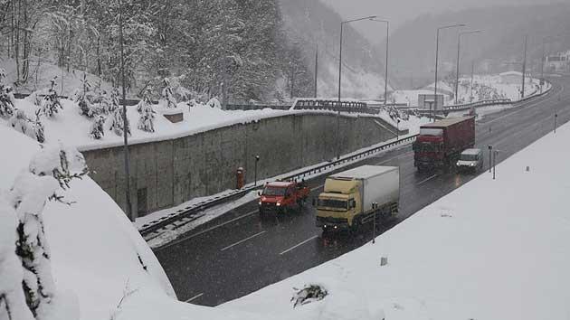 Bolu Dağı'nda kar yağışı ve yoğun sis