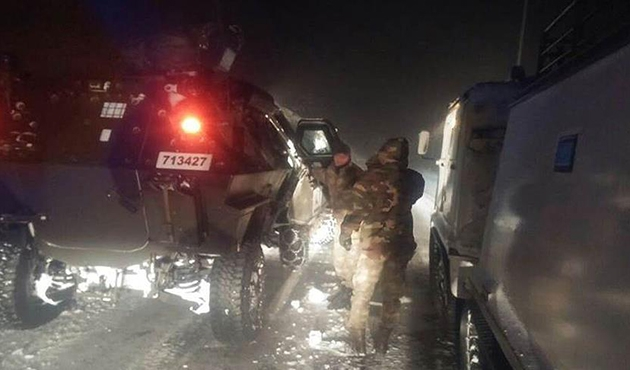 Asker yolda kalan 52 yolcuyu kurtardı | FOTO