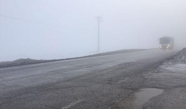 Erzurum'da yoğun sis sürücülere zor anlar yaşattı
