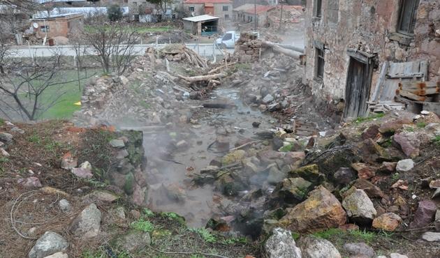 Depremde yıkılan evden kaynak suyu aktı