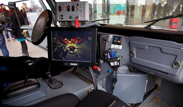 Yayalar sürücüsüz araçları tek bir el işareti ile durdurabilecek