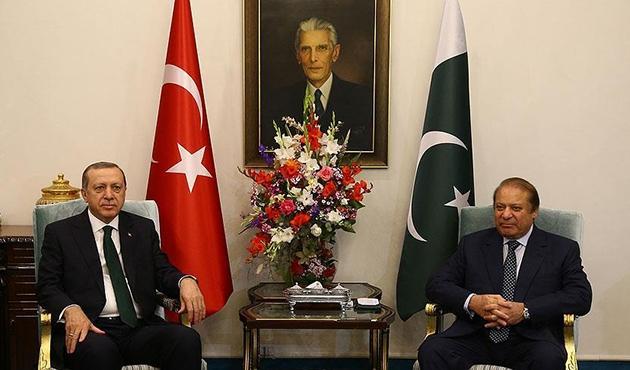 Cumhurbaşkanı Erdoğan Pakistan'da Namaz Şerif ile görüştü