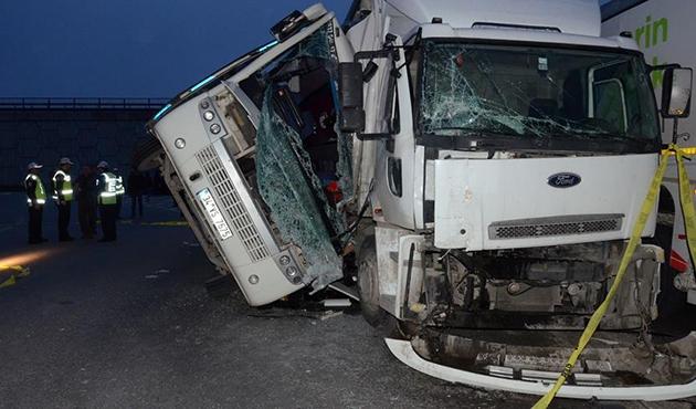 Tuzla'da servis midibüsüyle kamyon çarpıştı: 27 yaralı