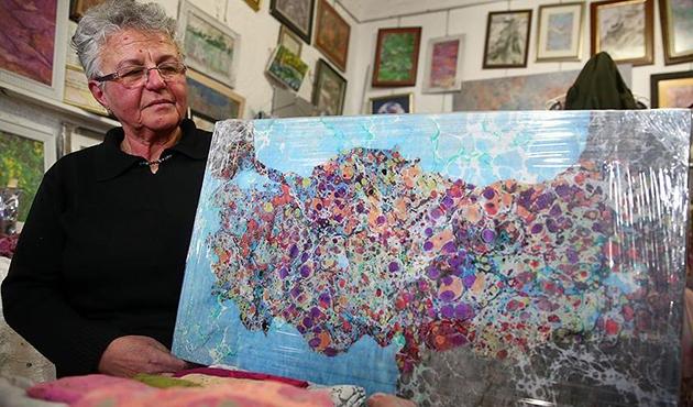 Emekli öğretmen ebru sanatıyla harita çiziyor