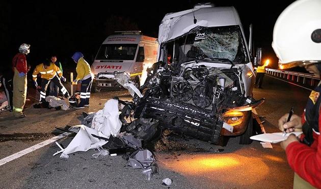Balıkesir'de taraftarları taşıyan minibüs TIR'la çarpıştı: 1 ölü