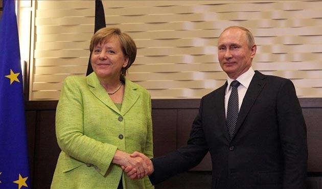 Merkel ve Putin Soçi'de biraraya geldi