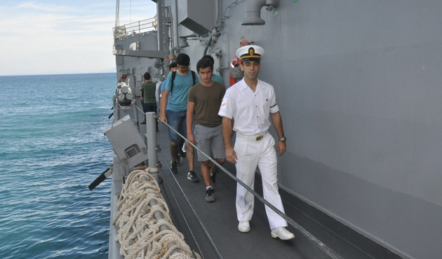 Savaş gemileri vatandaşların ziyarete açıldı