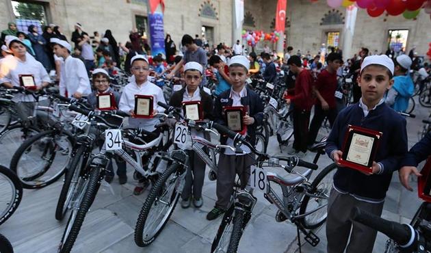 Sabah namazı kılan çocuklara bisiklet hediyesi