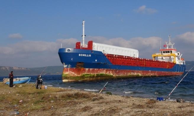 Çanakkale Boğazı'nda karaya oturan gemi kurtarıldı