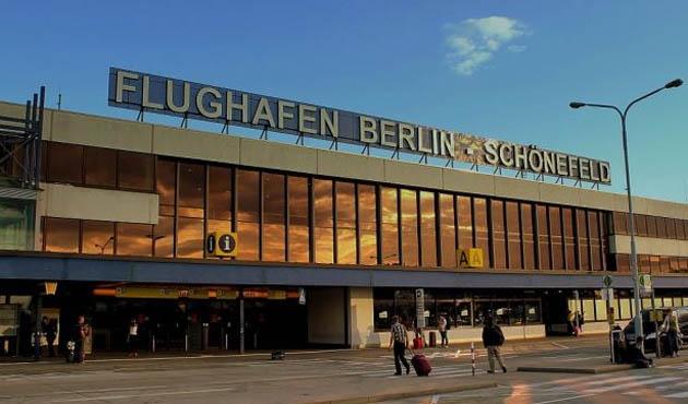 Berlin'de bulunan Schönefeld Havaalanı tahliye ediliyor