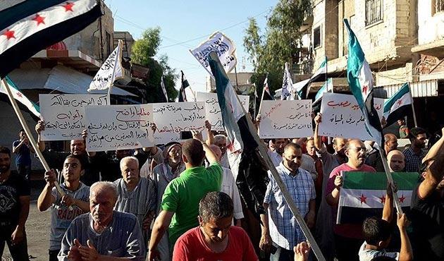 Suriye'de rejim karşıtı gruplar arasındaki çatışmaları protesto
