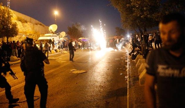 İşgal güçlerinden Mescid-i Aksa'nın kapısında namaz kılan cemaate saldırı