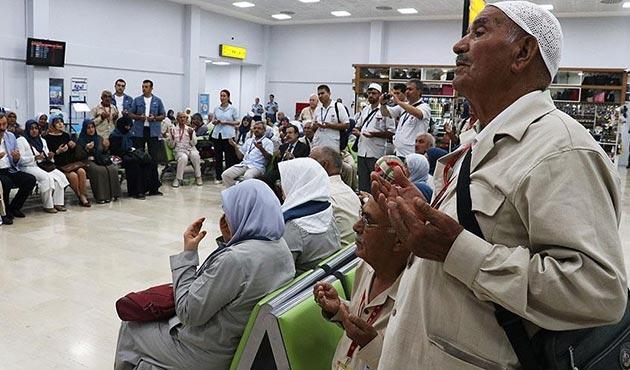 Adana'da ilk hac kafilesi dualarla uğurlandı
