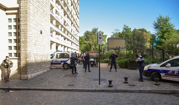 Paris'te askerlere araçla saldırı: 6 yaralı