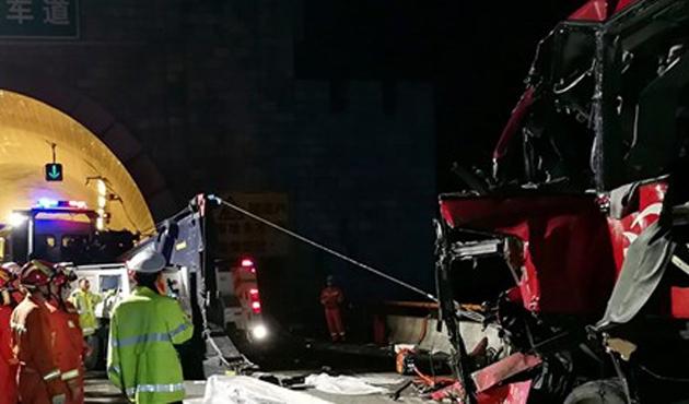 Çin'de yolcu otobüsü tünel duvarına çarptı: 36 ölü