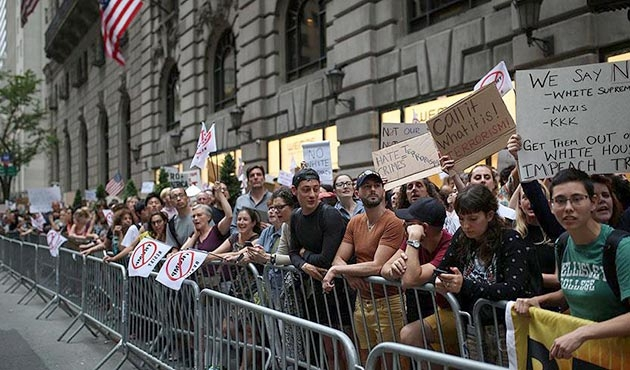 Trump'a evinin önünde protestolu karşılama