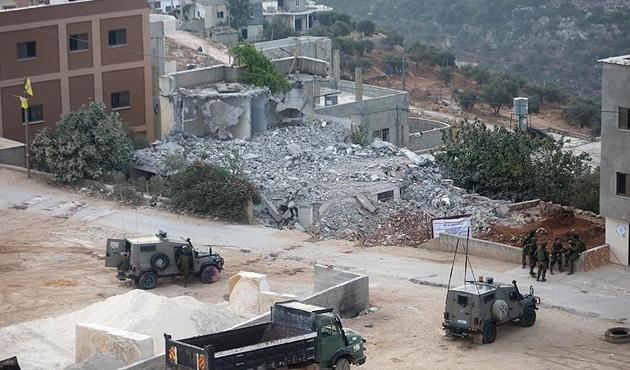 İşgal güçleri Filistinli ailenin evini yıktı