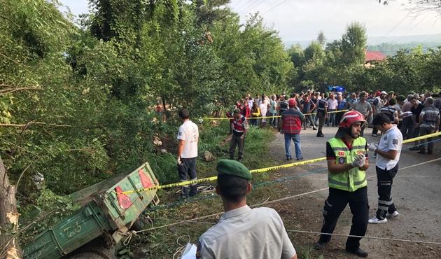 Hendek'te işçi traktörü devrildi, 7 ölü