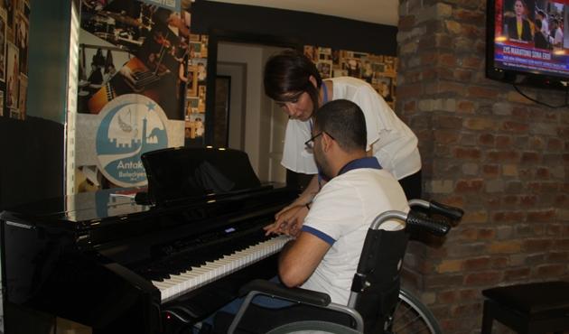 Engellerini piyanoyla aşıyorlar