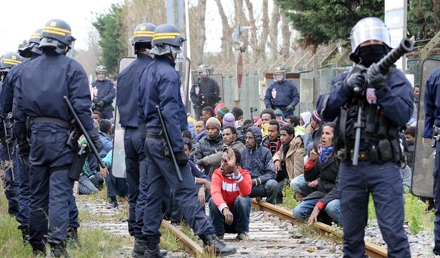 Fransa, sığınmacı yasasını Almanya'dan uyarlayacak