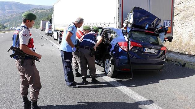 Ankara'da aşırı hızlı otomobil, park halindeki tıra çarptı: 3 ölü
