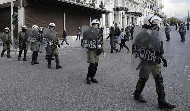 Atina'da bir grup İspanya Büyükelçiliği'ni bastı