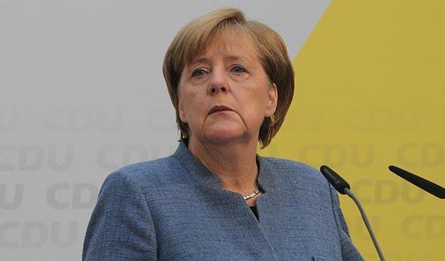 Almanya'nın yarıya yakını Merkel'in görevi bırakmasını istiyor