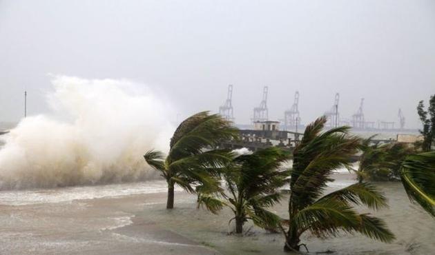 Hong Kong'da tayfun hayatı felç etti