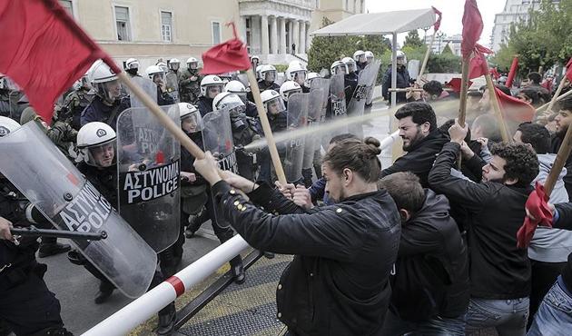 Atina'da öğrencilerle polis arasında çatışma