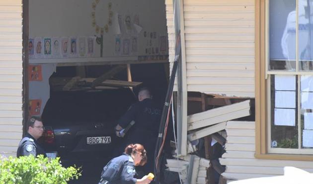 Avusturalya'da otomobil sınıfa daldı:  2 öğrenci öldü