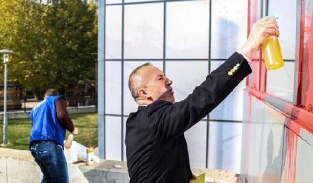 Kosova Başbakanı, başbakanlık binasının camlarını sildi